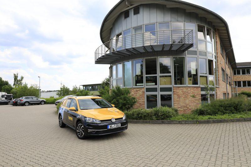 Ein terra Auto vor dem terra Bürogebäude