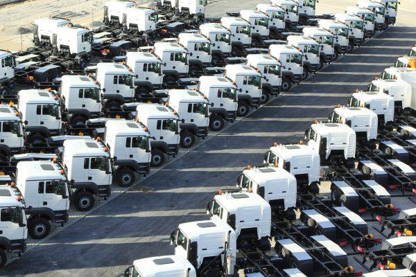Viele LKWs stehen auf einem Lagerplatz