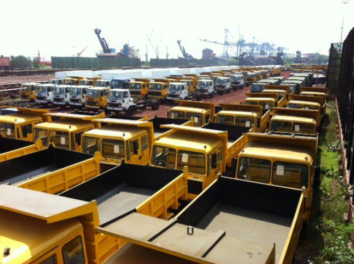 Viele gelbe LKWs nebeneinander